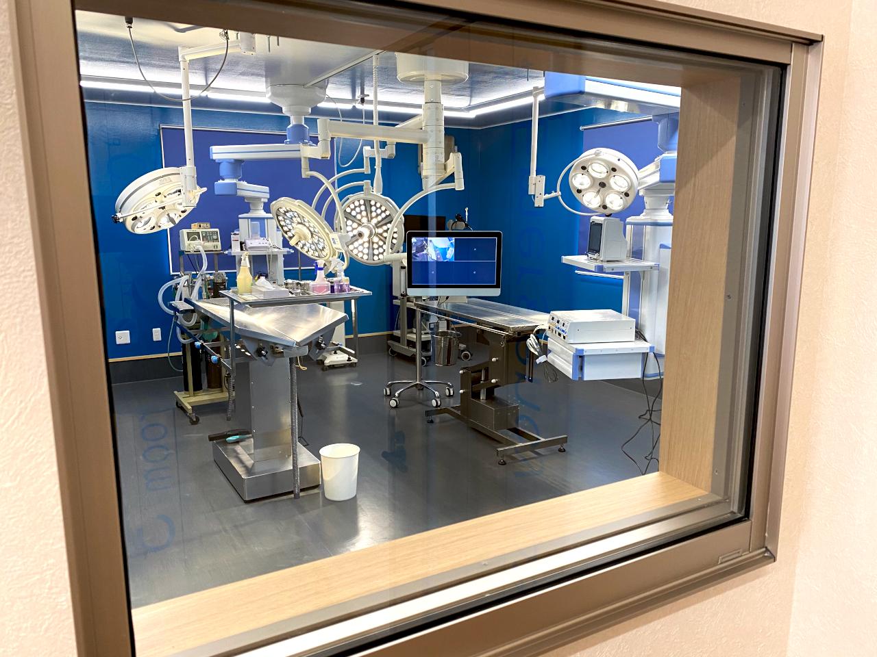 待合室から第一手術室を見ることができます