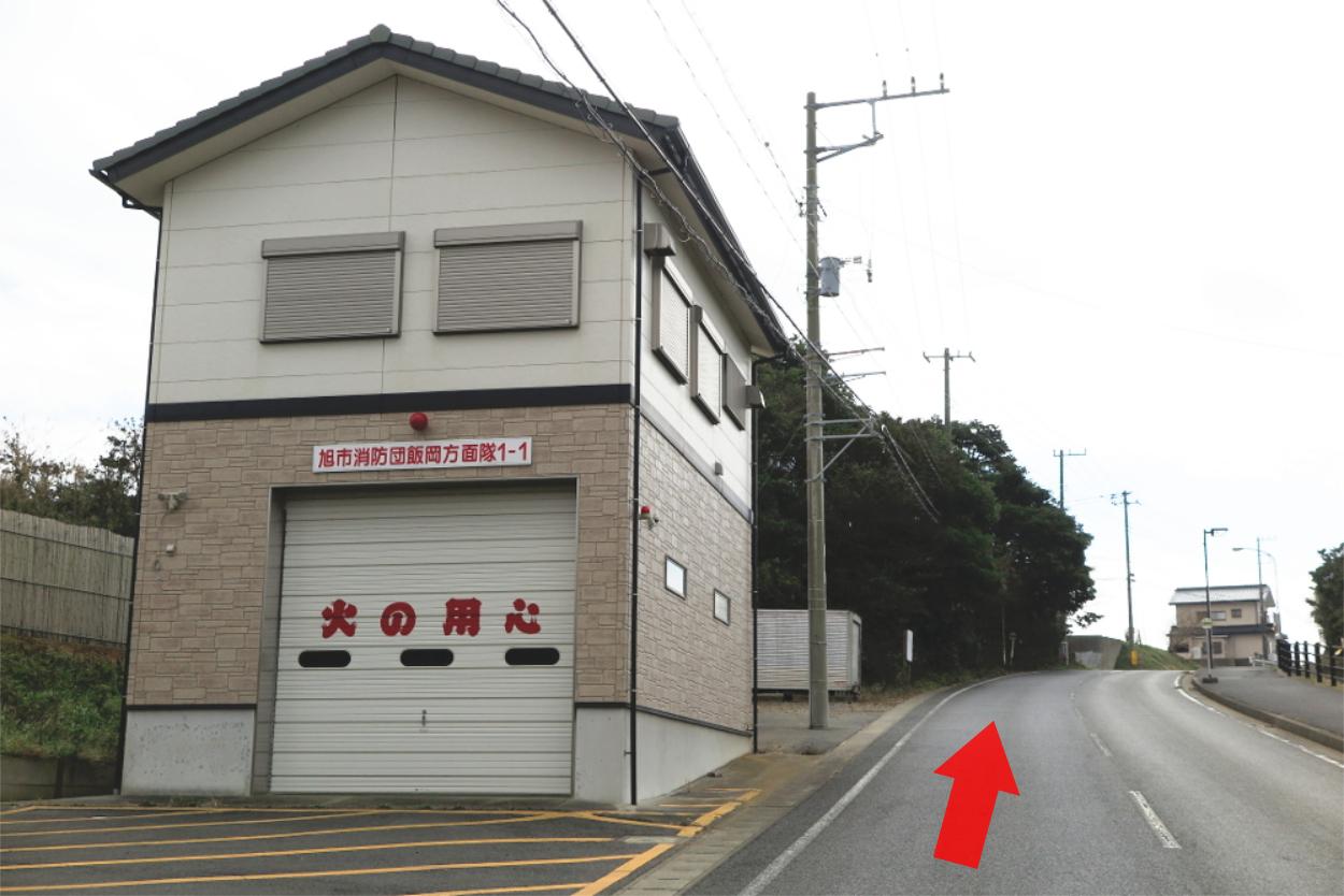 左手に消防庫が見えるので、次の角まで直進